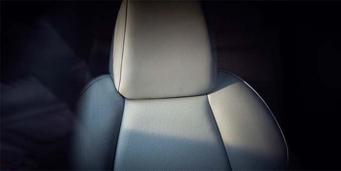 運転席パワーシートやシートヒーター/ステアリングヒーターはグレード別設定