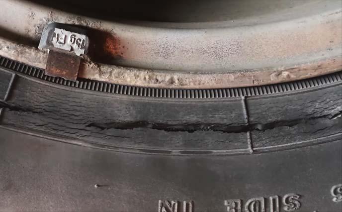 サイドウォールにレベル5相当のクラックが発生しているタイヤ