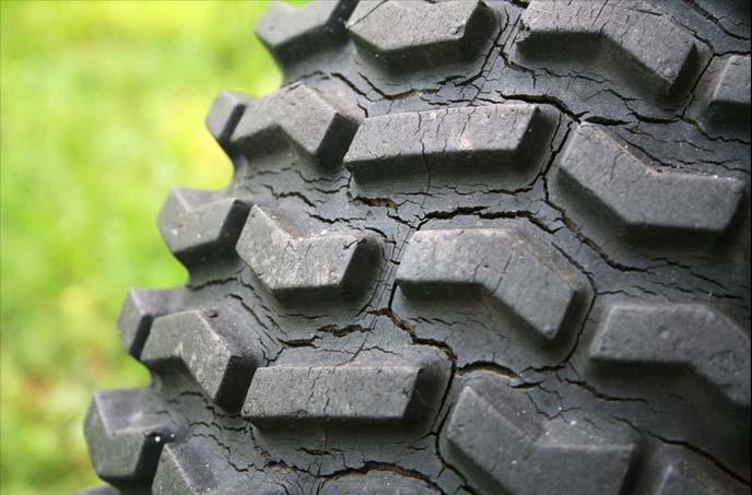 経年変化で自然劣化したタイヤ