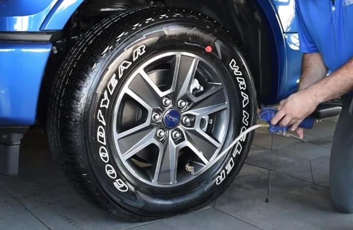 タイヤ空気圧をチェックしているところ