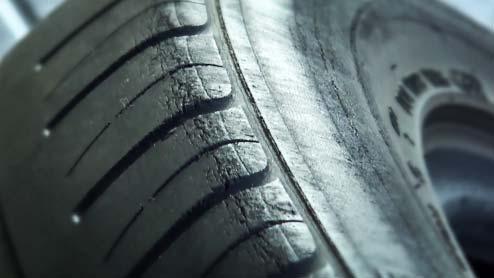 タイヤのひび割れの交換必要レベルは?ワックス等による原因とバーストを防ぐ方法