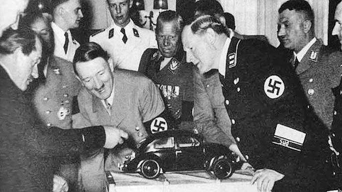 国民車の模型を前にご機嫌なヒットラーと閣僚たち