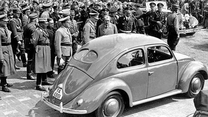 ロールアウトしたKdF-Wagenを前に語り合うヒトラーとポルシェ博士