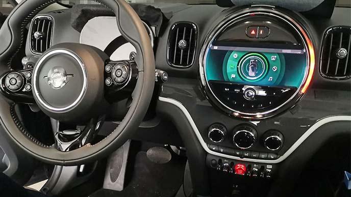 運転席から見た改良型MINIクロスオーバー