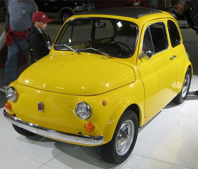 黄色のフィアットNUOVA500(チンクエチェント)