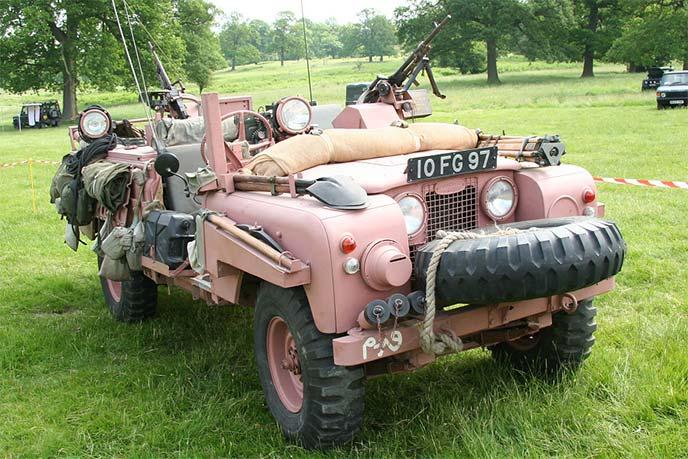 デザート・ピンクのSAS仕様ランドローバー