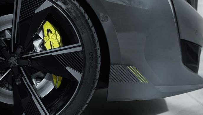 ライム色が特徴的な508スポール・エンジニアードのブレーキキャリパー