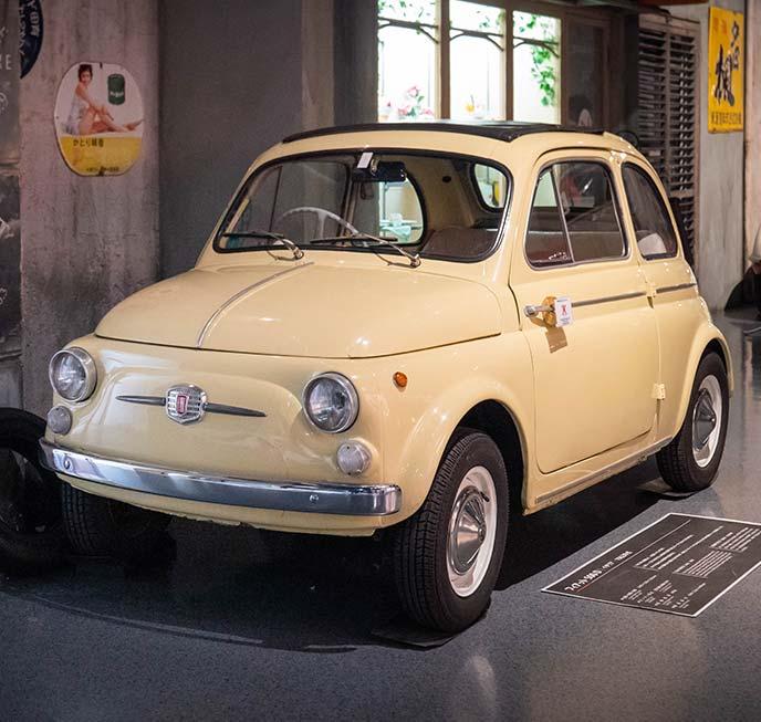 黄色のフィアットNUOVA500(チンクエチェント) 1962年式の左サイドフロントビュー