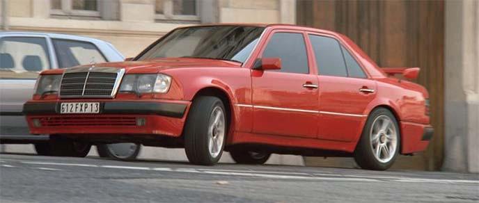 赤のメルセデス・ベンツ500E