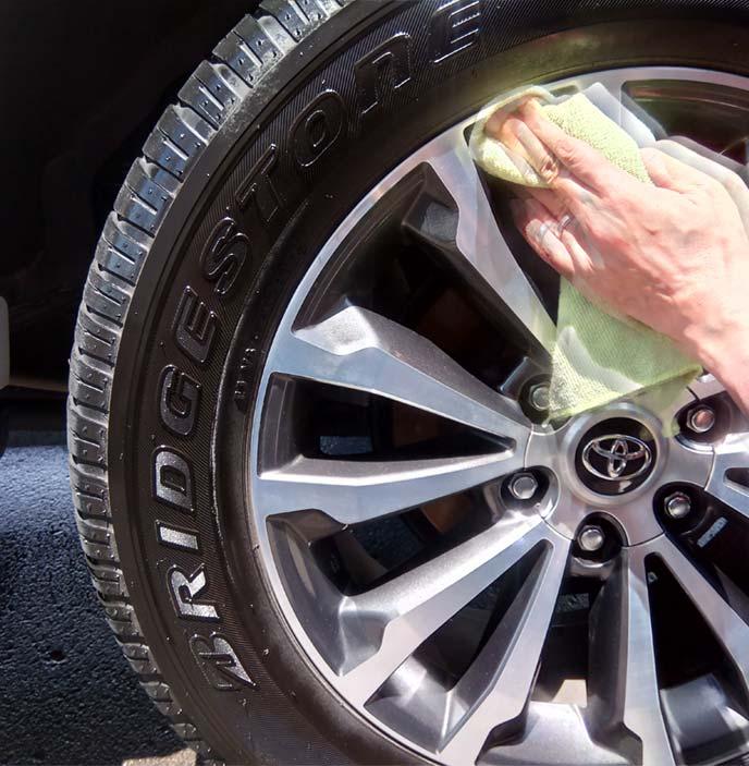 タイヤワックスを塗布し黒光りするタイヤ