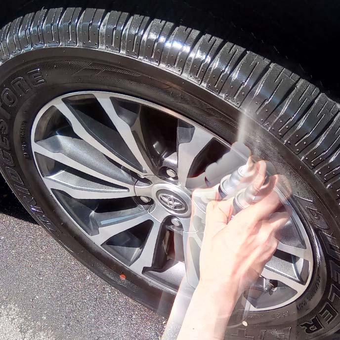 タイヤワックスをスプレーしている様子