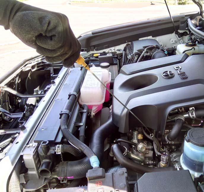 エンジンオイルレベルゲージを引き抜くと薄い金属板があらわれる
