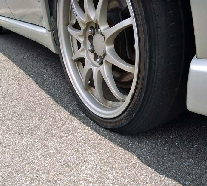 レガシィツーリングワゴンのパンクした左後輪