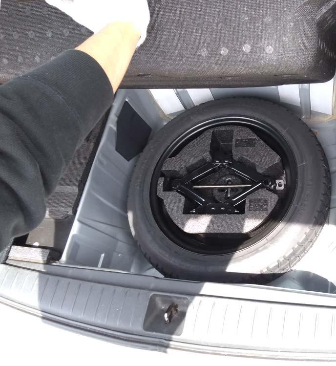 レガシィツーリングワゴンのジャッキとスペアタイヤ積載の様子