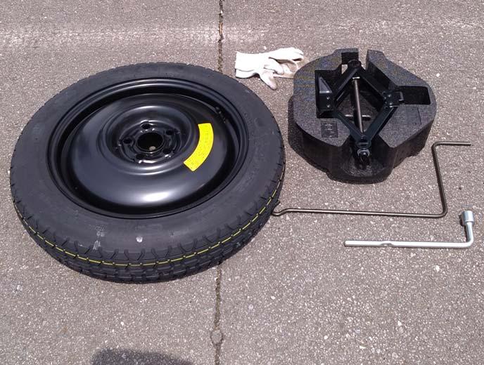 取り出した車載道具(ジャッキ、クランク、レンチ、テンパータイヤ)と軍手