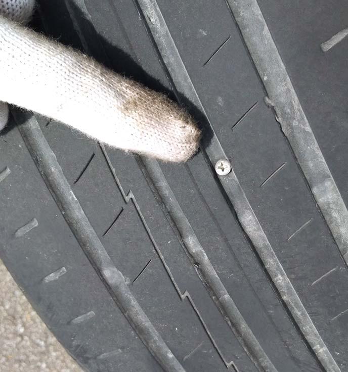 タイヤトレッド面に刺さったネジ