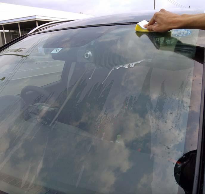 スポンジに馴染ませたらフロントガラスを擦っていきます 丸を描くのではなく、縦横方向に動かす