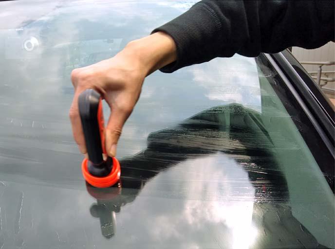 ソフト99超ガラコのフェルトをフロントガラスに押し付けて液剤を塗布している様子