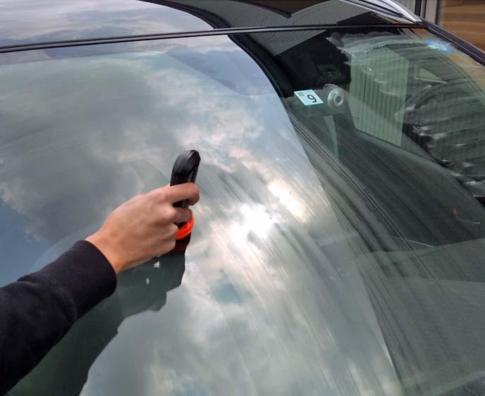 ソフト99超ガラコを運転席側フロントガラスに塗布している様子