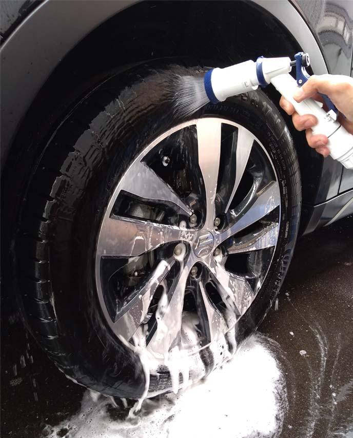 タイヤ上部に散水して洗剤を流しているところ