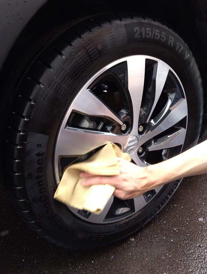 タイヤとホイールの水気を拭き取っている様子
