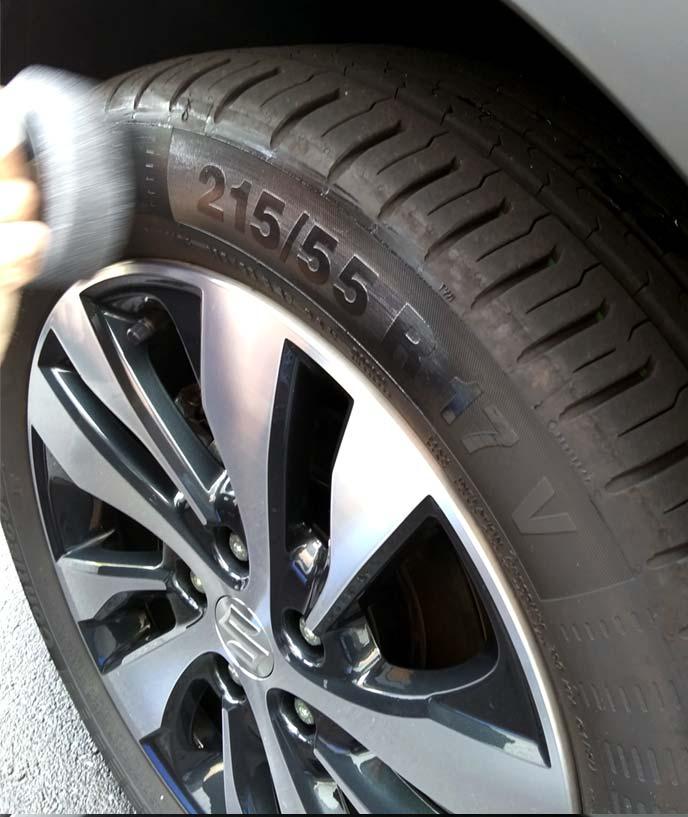 タイヤサイズ表記付近にタイヤワックスを塗っている様子