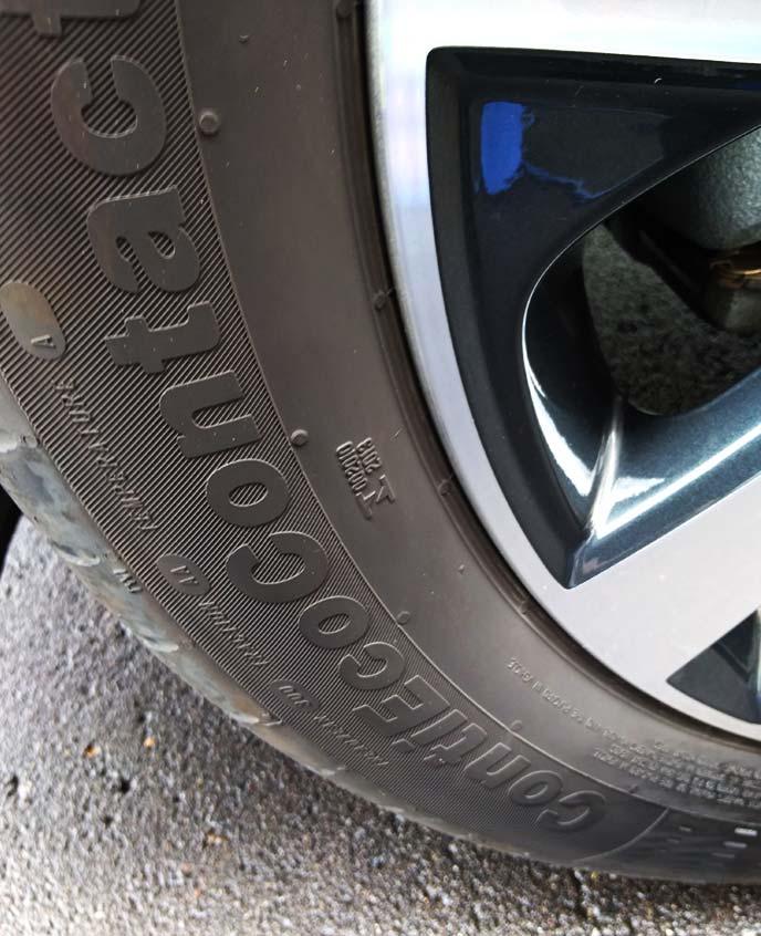 タイヤワックスを塗っていないタイヤの白っぽいサイドウォール