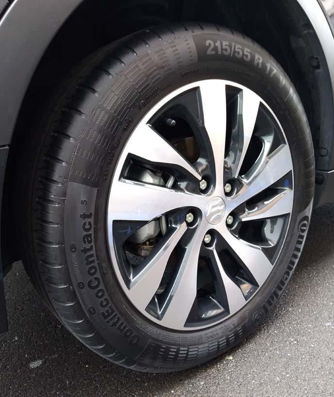 タイヤワックス施工直後の黒々としたタイヤ