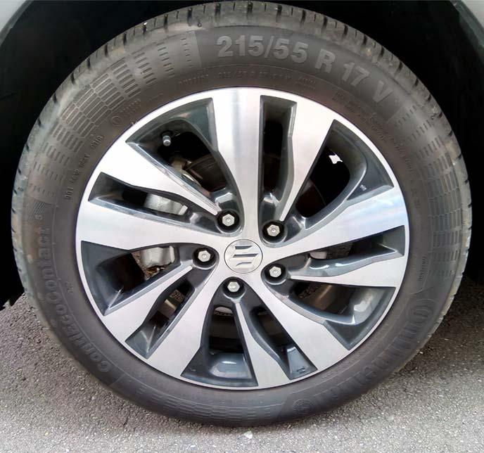 タイヤワックス塗布前の白っぽいタイヤ