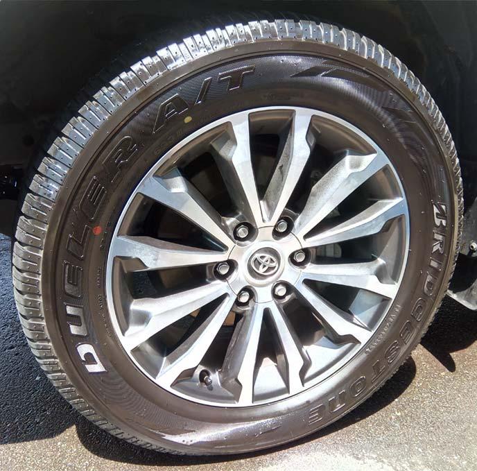 タイヤワックスを塗り終えピカピカになったタイヤ