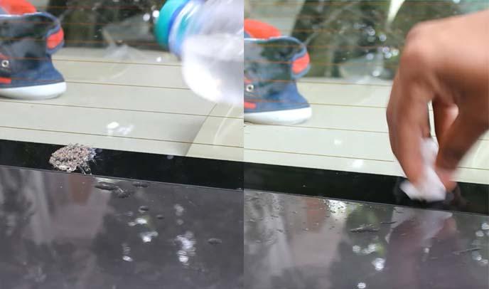 リアウィンドウに付いた鳥のフンを濡らしたティッシュで拭き取っているところ