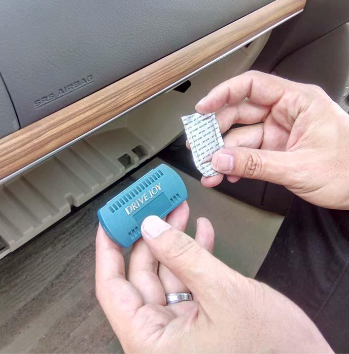 付属の防臭剤と取り付け用ケース