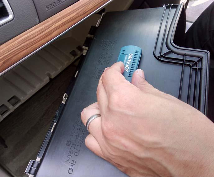 グローブボックス裏に貼り付けた防臭剤ケース