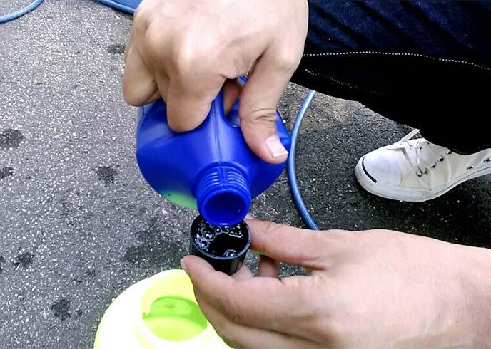 容器キャップで計量中の洗車シャンプー