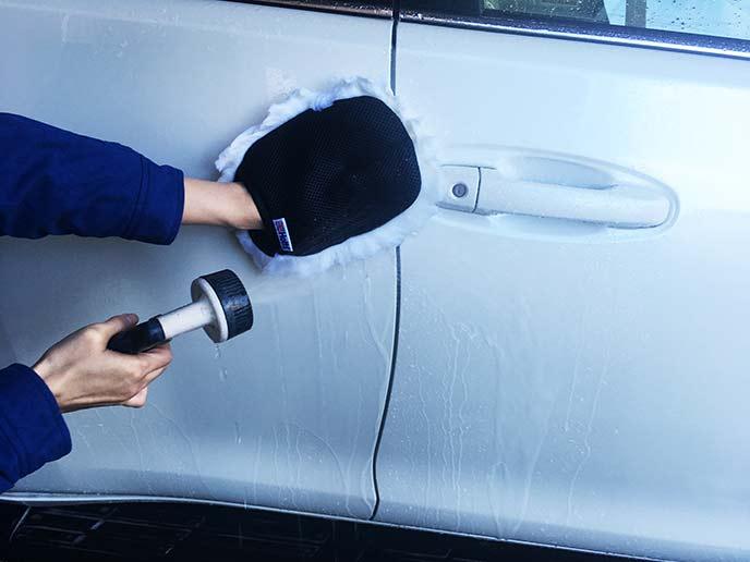 洗車ムートンで洗車する様子