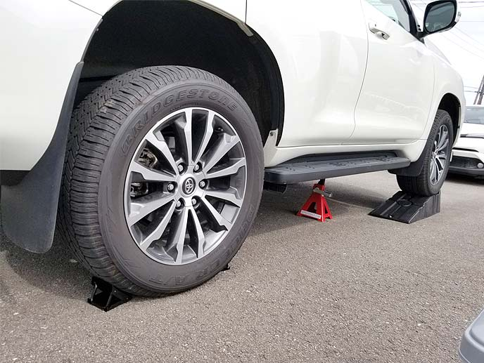 分割式ワイドカースロープとタイヤストッパー