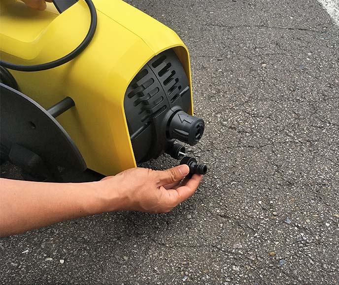 ケルヒャー K2サイレント本体に吸水カップリングを装着しているところ