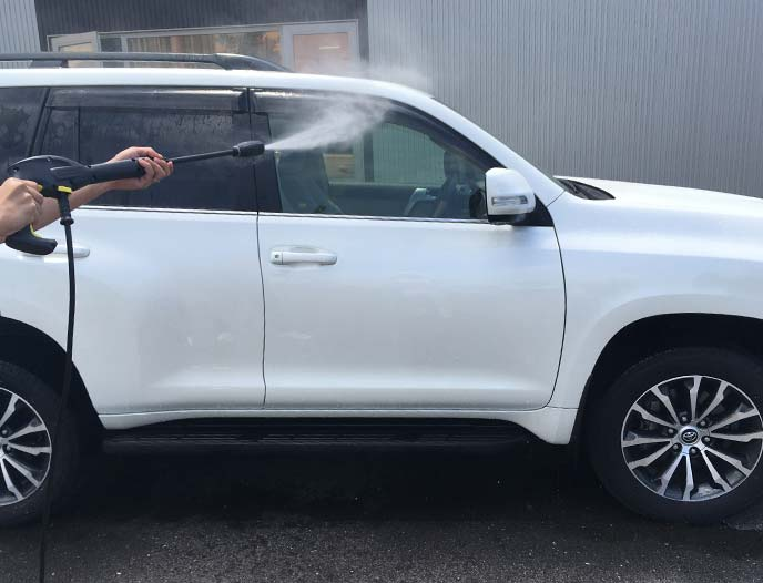 ランドクルーザープラドの運転席側の窓をバリオスプレーランスで洗浄しているところ