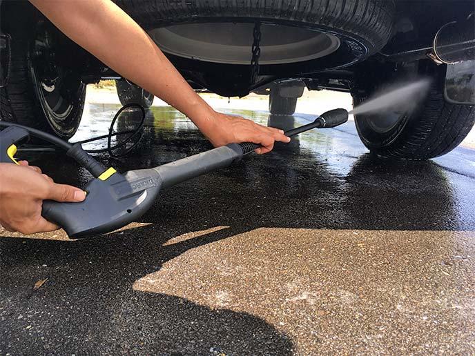 ケルヒャー K2サイレントで車体下部の洗浄を行っているところ