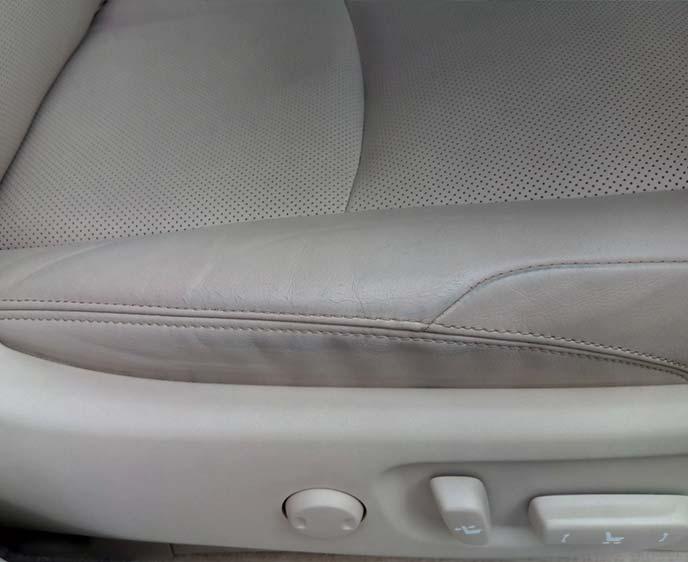 キワや糸の部分に青いジーンズの色が移った運転席側シート