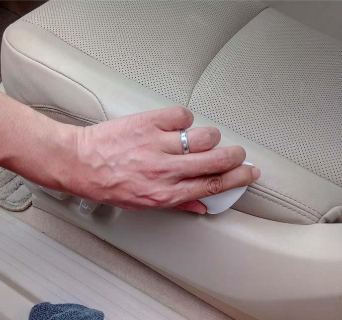 助手席シートのジーンズ汚れをメラミンスポンジで擦っているところ