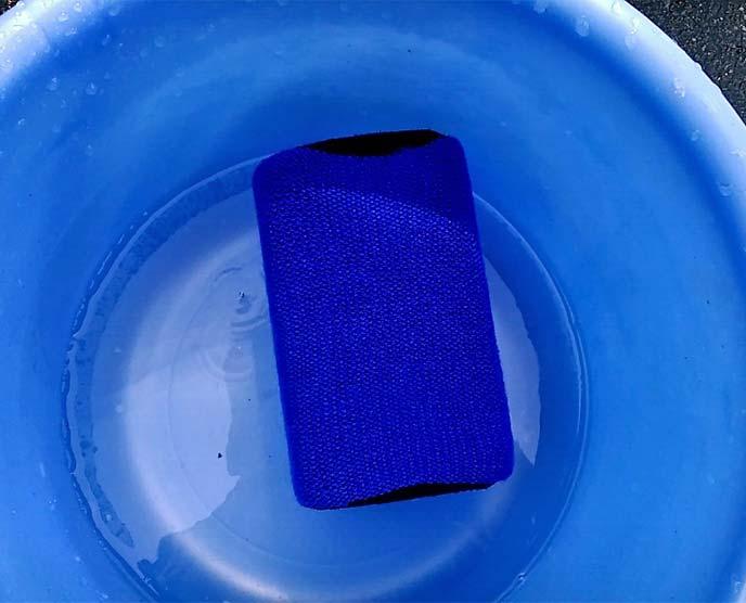 バケツの中で水に浸っているソフト99「リムーバースポンジ04027」