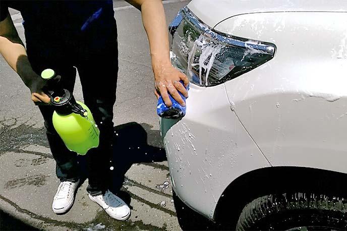 ソフト99「リムーバースポンジ04027」でフロントフェンダーを洗っている様子