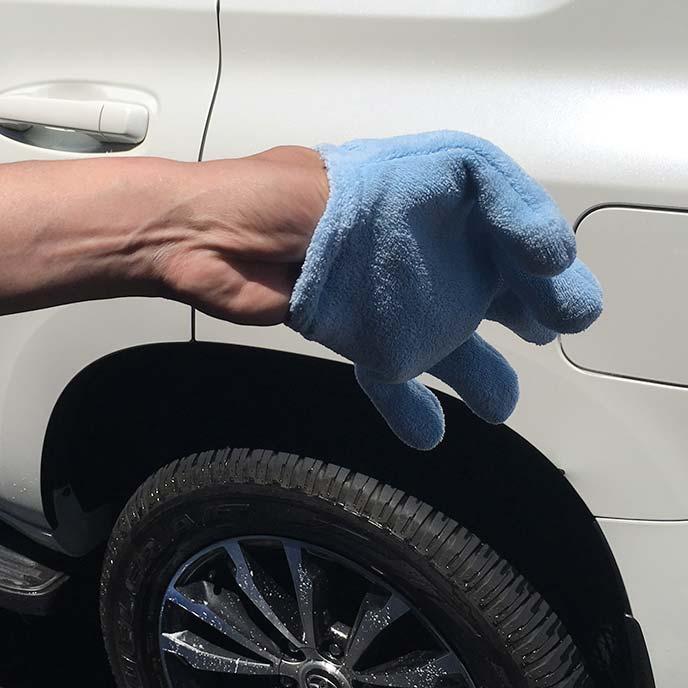 速乾ヘアドライ手袋を装着途中の男性の手