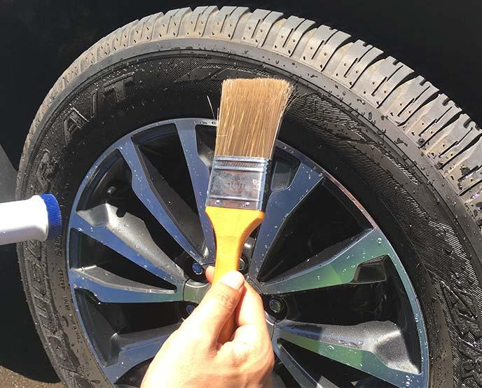 タイヤの前で手に持った刷毛