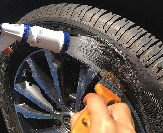 タイヤとホイールの隙間を刷毛で洗っているところ
