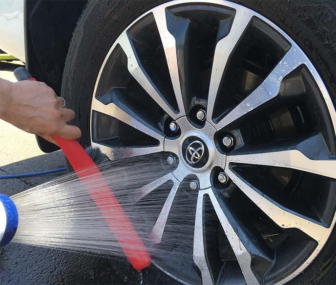 「洗車ブラシ やわらか」でアルミホイール表面を洗っているところ