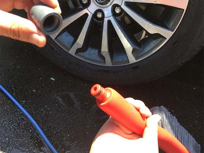 柄の基部キャップを取り外した状態の「洗車ブラシ やわらか」