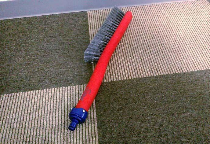 タカギの「蛇口ニップル」を装着した「洗車ブラシ やわらか」