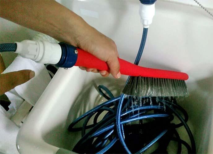 タカギの「蛇口ニップル」を装着した「洗車ブラシ やわらか」に水を流している様子